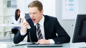 cliente molesto al telefono